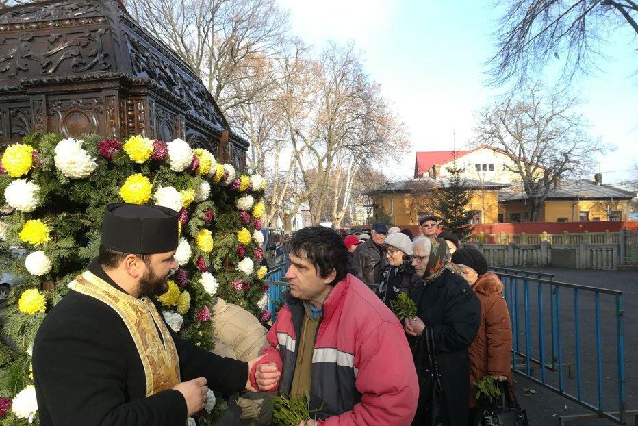 Sute de oameni s-au înghesuit la moaştele Sfântului Nicolae, în faţa unei biserici din Brăila. GALERIE FOTO