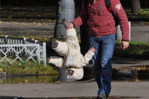 Unul din doi părinţi crede că e bine pentru copil să-l lovească. Cifrele care arată cât de violenţi sunt românii cu copiii lor