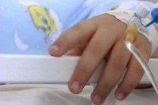 Părinţii unui copil bolnav de cancer din Iaşi, obligaţi de instanţă să accepte tratamentul