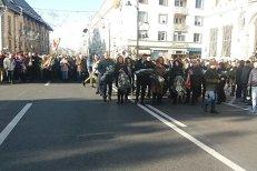 Mii de PSD-işti, în marşul tăcerii în memoria Regelui Mihai, la Craiova. În fruntea coloanei, Olguţa Vasilescu şi Claudiu Manda