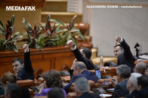 Deputaţii au votat modificarea Statutului magistraţilor şi a legii ANI. Senatul vrea să le adopte săptămâna viitoare. Câteva zeci de persoane au protestat în faţa Parlamentului