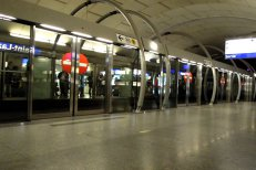 Mii de oameni au semnat o petiţie online prin care cer montarea de scuturi anti-suicid la metrou, după crima din staţia Dristor