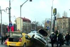 Accident grav între o maşină de poliţie şi un taxi în Bucureşti