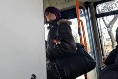 O tânără, ameninţată cu un cuţit într-un autobuz din Ploieşti. Agresoarea, prinsă după ce fotografia ei a fost postată pe Facebook