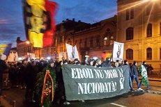 Sute de persoane, în marş în amintirea martirilor Revoluţiei din 1989, la Timişoara: Eroii nu mor. VIDEO