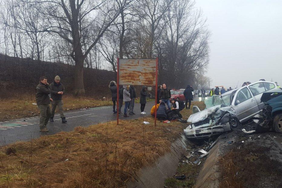 Accident grav în Sibiu. Patru maşini cu 15 oameni la bord s-au ciocnit