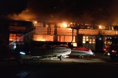 Incendiu violent la societatea de transport public din Tulcea. Jumătate din autobuze au ars. FOTO şi VIDEO