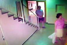 Imagini noi cu un atac sexual la lift. Agresorul este tot poliţistul Eugen Stan. VIDEO