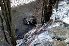 O maşină cu trei persoane a plonjat în râul Jiu. Ce au descoperit salvatorii când au ajuns la locul accidentului. Doi oameni au murit. UPDATE. GALERIE FOTO