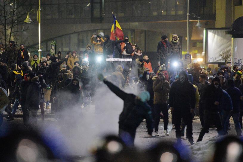 Incidente în Piaţa Universităţii. Un grup de protestatari a rupt cordonul de jandarmi