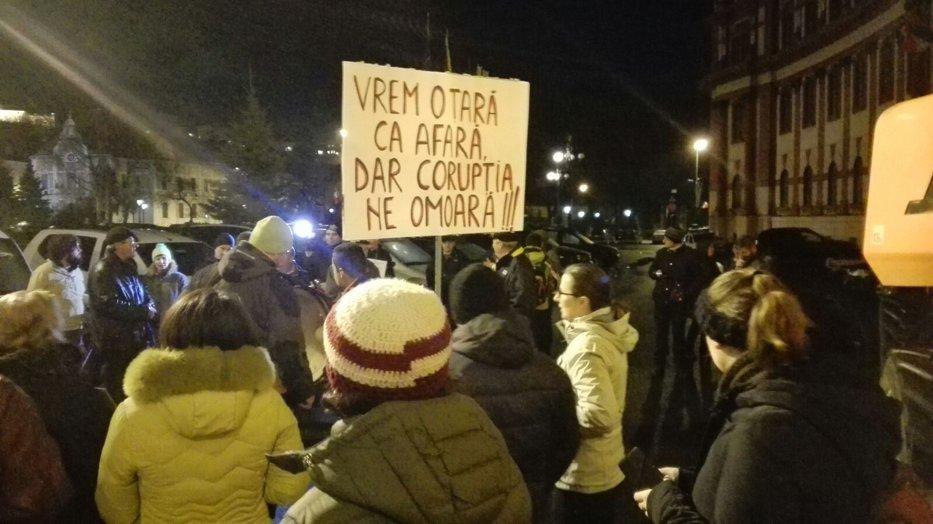 """Peste 3.000 de oameni protestează la Cluj. La Timişoara protestatarii au dus """"caracatiţa corupţiei"""""""