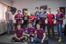 Robotul care ia decizii singur şi recunoaşte culori şi imagini, creat de 10 elevi din Târgu-Jiu