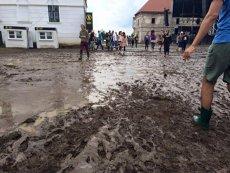 Caz revoltător în Buzău. O femeie operată, dusă la medic cu o maşină trasă de boi din cauza drumului plin de noroi
