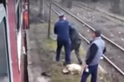 Scene incredibile într-un tren din România. Un controlor, filmat în timp ce loveşte un bărbat. VIDEO