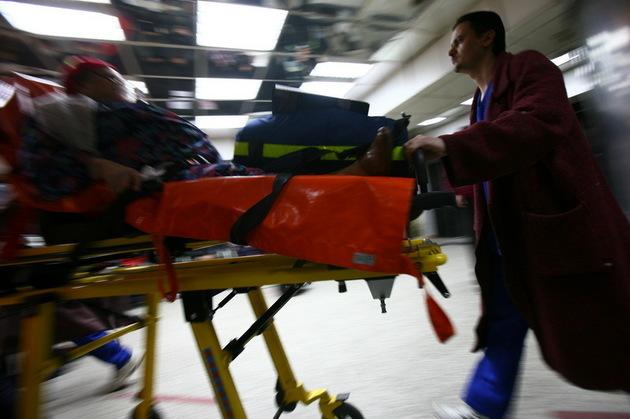 Tavanul unui cămin de bătrâni din Maramureş s-a surpat. Doi oameni au fost răniţi