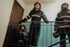 Copil găsit singur în casă, în pericol să cadă de la etajul 4, luat de la tatăl care trebuia să aibă grijă de el şi dus într-un centru al Protecţiei Copilului. VIDEO