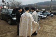 Un preot din Motru a organizat o slujbă de sfinţire a maşinilor. Anunţul, postat pe Facebook