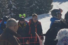 """Klaus Iohannis a fost fotografiat din nou la schi în """"Elveţia României"""""""