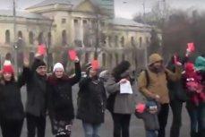Protest în Piaţa Victoriei. Părinţii au ţinut în mâini cartonaşe roşii pentru guvern, nemulţumiţi de scăderea indemnizaţiilor pentru mame