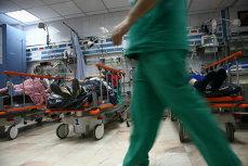 Medic de la Urgenţe, bătut cu pumnii şi picioarele de prietenul unui pacient