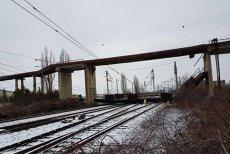 O pasarelă de 4 tone a căzut peste calea ferată în Ploieşti. Lista trenurilor blocate în gară. FOTO