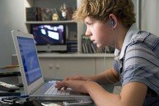Studiu îngrijorător: Copiii lăsaţi să descopere singuri internetul sunt mai des victimele agresiunilor online