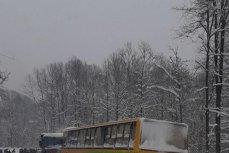 Un autobuz cu 40 de elevi a derapat şi a ajuns în şanţ în Gorj. Administratorul drumului, amendat cu 10.000 de lei
