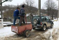 Cum se face deszăpezirea  într-o comună din România. Primar: De 18 ani aşa curăţăm. M-ar costa 40.000 de lei. Aşa nu mă costă nimic.VIDEO