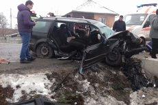 Accident teribil în Gorj. Cinci persoane au fost grav rănite, după ce maşina în care erau a intrat într-un cap de pod