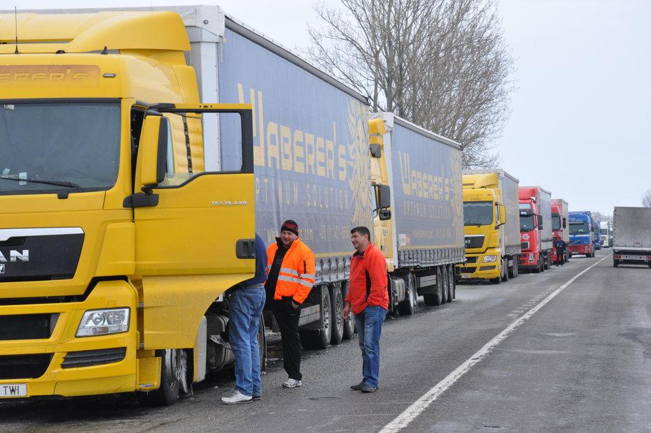 Coloane de camioane pe mai mulţi kilometri la punctele de trecere a frontierei Nădlac I şi II
