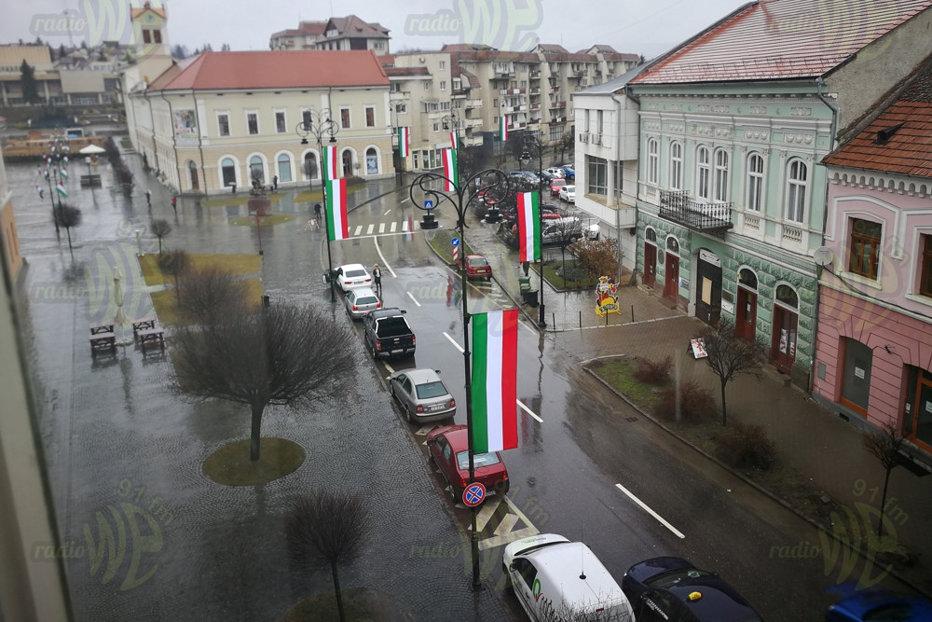 Primăria Sf. Gheorghe refuză să arboreze steagul României: Nu am arborat drapelul Ungariei. Sunt doar nişte panglici