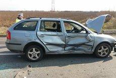 Un mort şi trei răniţi, după ce două maşini şi o camionetă s-au ciocnit pe un drum naţional din judeţul Caraş-Severin