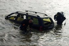 """O familie a plonjat cu maşina în râul Olt, doar fetiţa de 13 ani fiind salvată de un alt şofer. Scafandrii îi caută pe părinţi. """"Se pare că nu ar fi ieşit"""""""