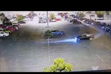 Bărbatul care făcea drifturi în parcarea unui mall, oprit cu focuri de armă, a fost reţinut. Imaginile surprinse de camere. VIDEO