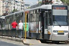 """O fetiţă a alergat pe şinele de tramvai după ce vatmanul nu a mai deschis uşile să coboare şi bunicul său. """"Ăsta ar trebui dat afară"""". Reacţia RATB"""