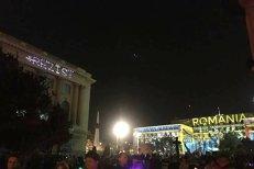 """Un bărbat a fost amendat, după ce mesajul """"#REZIST"""" a fost proiectat pe clădirea Muzeului de Artă în timpul festivalului Spotlight"""