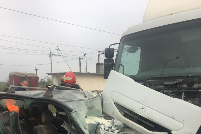 Un şofer a murit după ce a intrat pe contrasens şi a lovit un tir, pe raza oraşului Popeşti-Leordeni