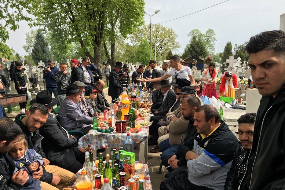 """Scene """"de sărbătoare"""" într-un cimitir din Ploieşti. Motivul pentru care romii au încins grătarele printre morminte"""