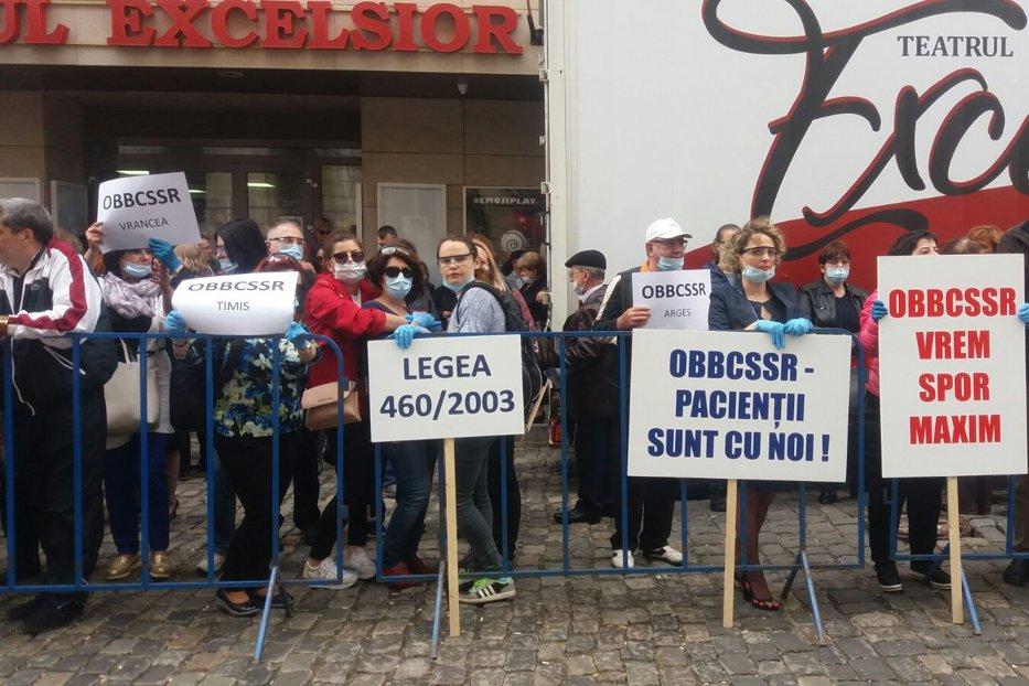 """Protest cu măşti chirurgicale în faţa Ministerului Sănătăţii. Biolog: """"Am ajuns să iau cu 600 de lei mai puţin"""""""