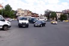 Caz incredibil în Bucureşti: Ce a păţit o femeie de 29 de ani care a parcat maşina în mijlocul intersecţiei şi a plecat acasă să se culce. VIDEO