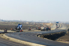 """Câţi kilometri de autostradă au fost daţi în folosinţă anul trecut. Jumătate din drumurile pe care circulă şoferii sunt """"expirate"""""""