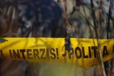 Un român distrugea nişte maşini cu un topor. Scene incredibile după ce un poliţist l-a avertizat să se oprească. Ambulanţa a intervenit rapid