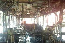 Un autobuz cu 15 călători a luat foc în mers, în Arad