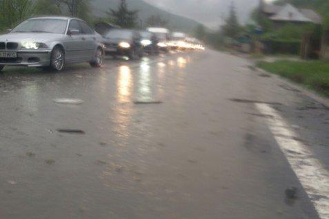 Trafic de coşmar pe Valea Prahovei, după o ploaie torenţială. Câmpina şi Breaza, lovite de grindină