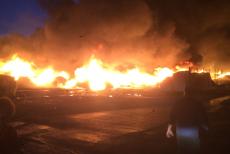 Dezastru ecologic după incendiul din Hunedoara, unde arde o fabrică de mase plastice: fumul gros, vizibil de la 10 kilometri. GALERIE FOTO