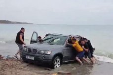 Imagini de necrezut în Vama Veche. A intrat cu SUV-ul pe plajă şi apoi în mare, unde a rămas blocat