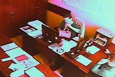 VIDEO. Gestul incontrolabil al unui şef din CJ Dolj faţă de una dintre angajatele sale, care mânca la birou