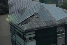 Furtună mare în Slatina: Bucăţi din acoperişul spitalului, smulse de vânt