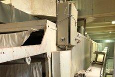 Condiţii insalubre de lucru la o fabrică de pâine din România. Produse de patiserie ambalate cu mâinile, fără mănuşi, în praf. GALERIE FOTO