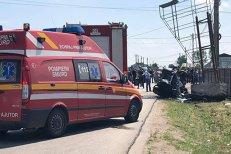 Accident înfiorător, cu trei morţi şi doi răniţi în Olt. VIDEO cu maşina care s-a făcut praf după ce s-a izbit de un stâlp de beton